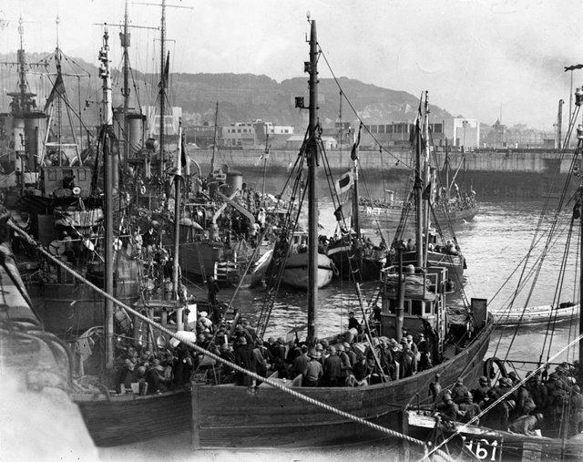 图8:渔船载着获救的士兵抵达多佛