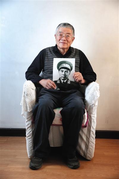 5月的一个下午,吕彤羽踩着轮滑来赴新京报记者之约,年逾古稀的他滑了