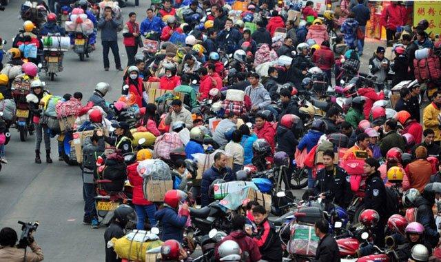 资料图:春节还乡的人们