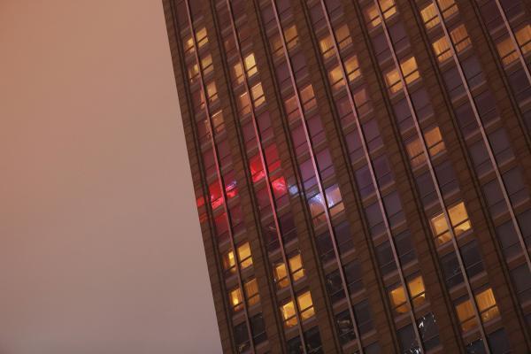 夜晚的广州,不少办公室仍然亮着灯。 林宏贤/CFP
