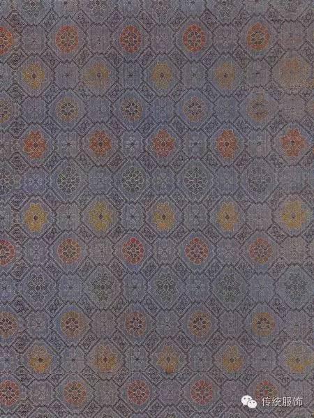 (缠枝花宋锦衬绒女袄) 织锦与织锦缎 使用现在机器仿制传统织物,民国时十分流行,比如现在我们所说的织锦缎,虽然织物本质与传统意义上的锦缎已有所不同了,然而它依然代表了近代中国提花织物的最高水平。采用不同颜色的纬线,并且可以花型位置分段换色,令织物表面色彩更为丰富。而古香缎则是这种织锦缎的衍生品,精细程度相较略有降低。