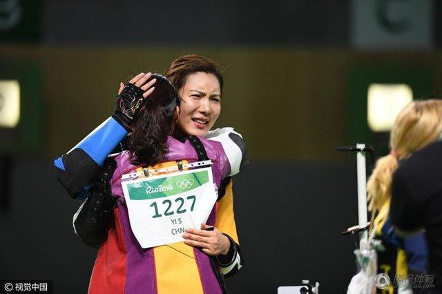 比赛后易思玲与杜丽拥抱