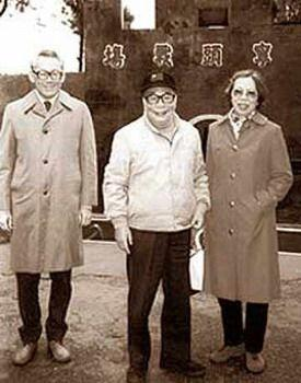 李光耀与蒋经国私交甚笃。图为李光耀夫妇(左、右)访台时,蒋经国带他们参观。