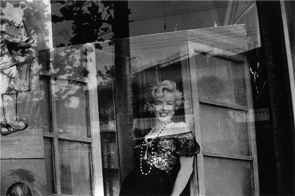 石内都:我只拍摄黑白照片,无彩之色散发出妖艳气息