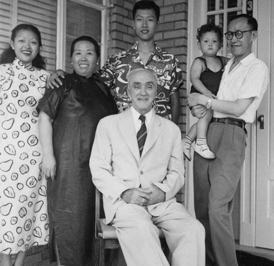 晚年的司徒雷登(中)与他的秘书傅泾波(右一)