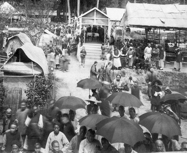 1911年成都传统的花会与鼓励商品制造业的劝业会合并召开,该照片为美国人那爱德(Luther Knight)所摄