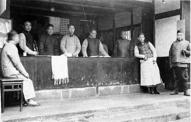 店铺和店员,美国传教士H.依利罗特(Harrison S. Elliott)1906年在成都拍摄