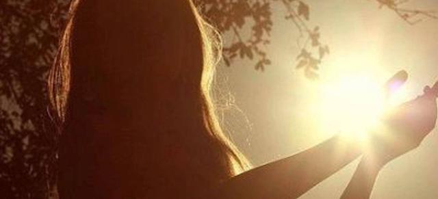 旧文赏析:乔治戈登拜伦《她走在美的光