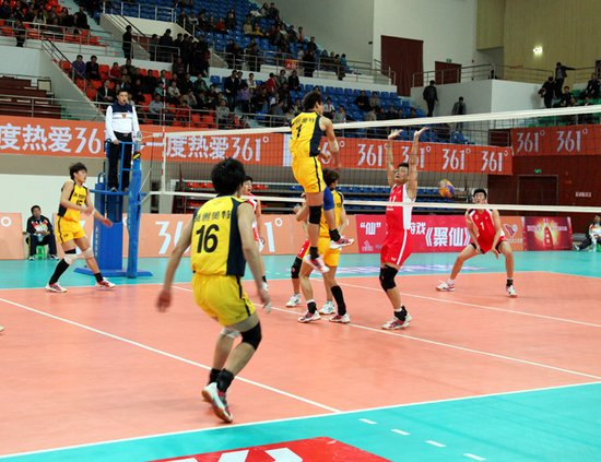 全国排球大奖赛滨海万都·涵碧园赛区的第三场比赛在上海男排...
