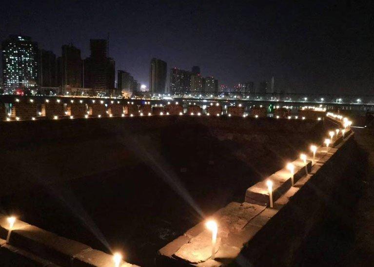 2018年10月30日£¬襄阳城墙上点燃上千支蜡烛纪念金庸