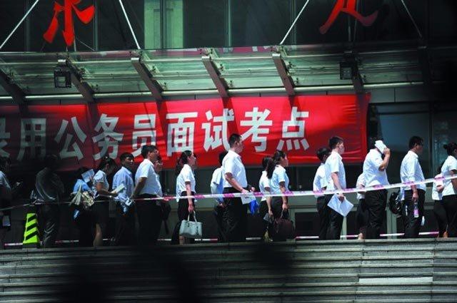 新闻图:2016年7月2日,辽宁沈阳,一公务员考试面试考点外排起长龙。