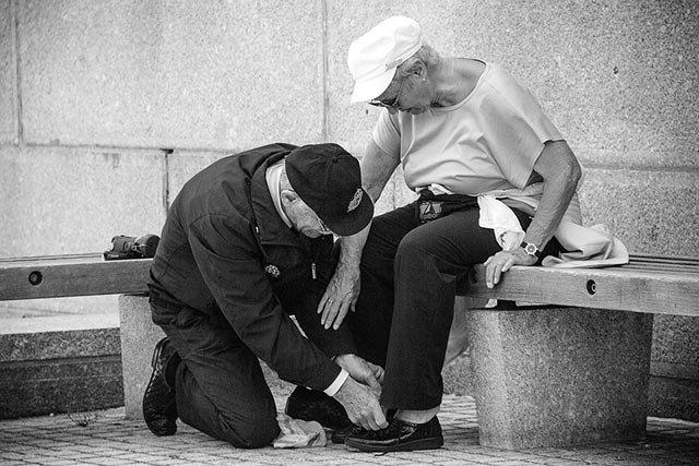 用什么来拯救在孤独中丧尽尊严的父母