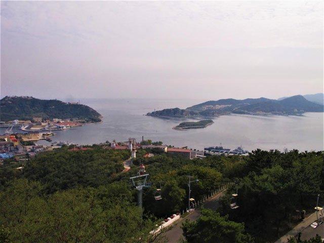 从旅顺白玉山上俯瞰旅顺军港。当年,俄太平洋舰队主力战舰均停泊于此,遭港口外的日本鱼雷的偷袭。作者摄于2014年9月12日