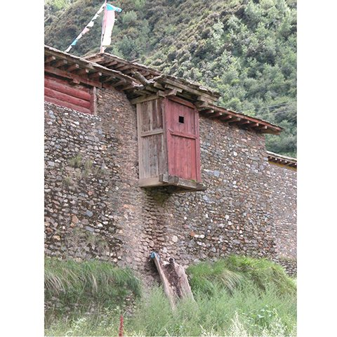 藏族民居悬挑于外侧的厕所