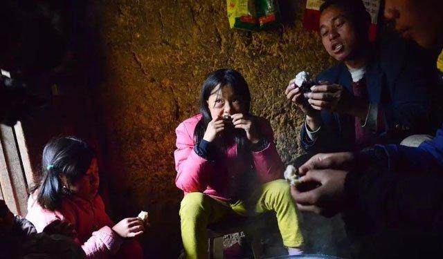 袁凌《不愿吃木薯的女孩》中的李万薇一家,摄影:赵俊霞