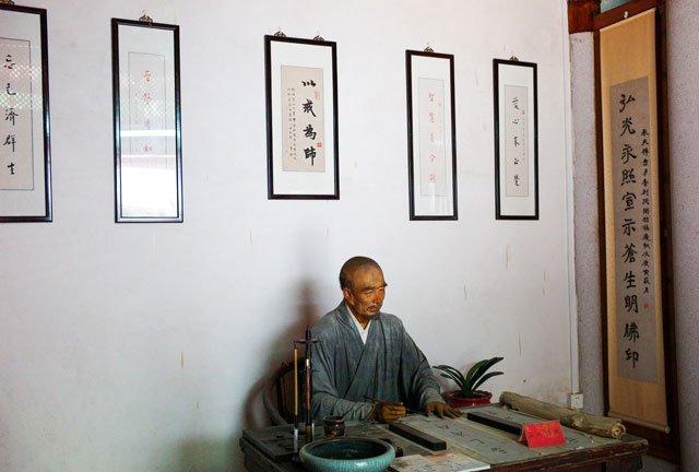 承天寺月台别院中的弘一大师像