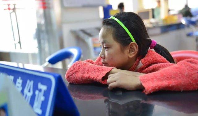 李万薇照片,出自袁凌《不愿吃木薯的女孩》,摄影:赵俊霞