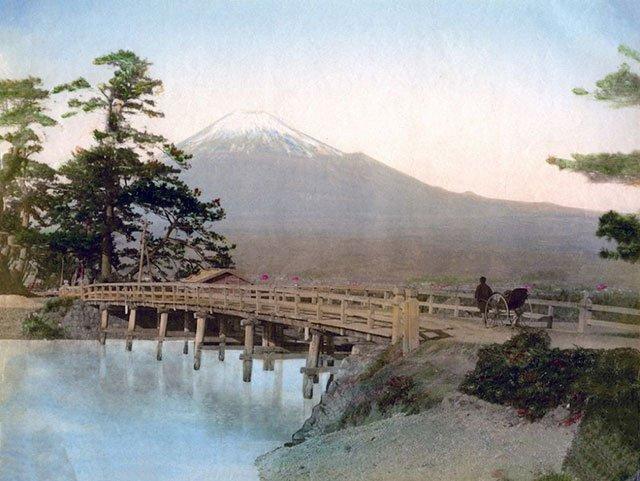 图5、远眺富士山,费利斯·比托摄。图片来自互联网