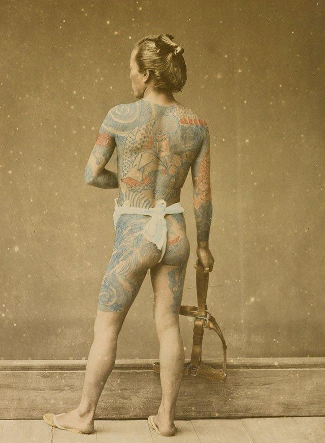 图6、纹身男子,Stillfried & Andersen摄。图片来自维基百科