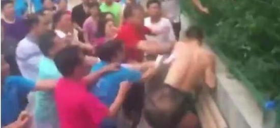 新闻图:广场舞团与想打篮球的青年发生冲突