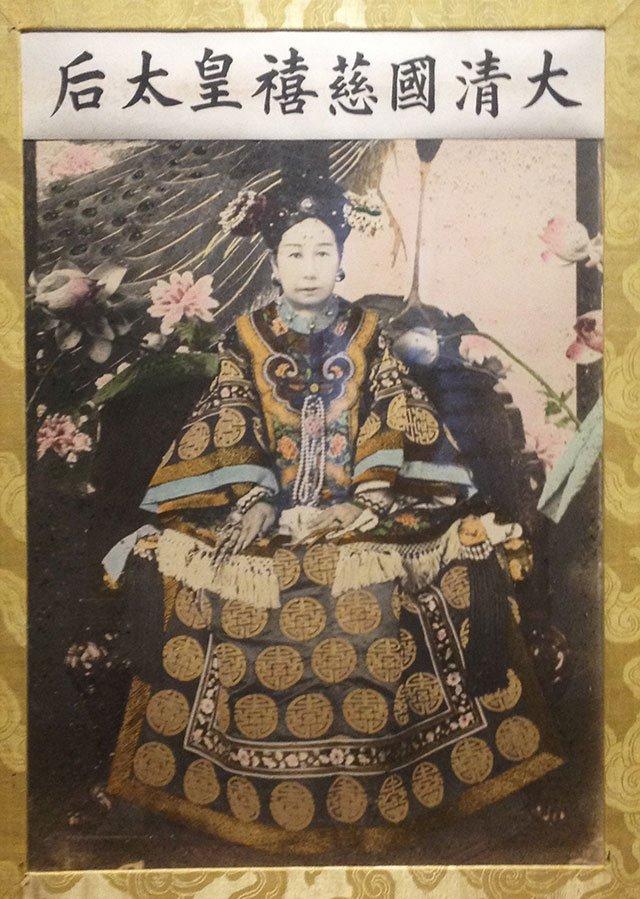 图10、清宫造办处对经过放大后的慈禧照片进行了非常精细的上色,故宫博物院藏。笔者摄
