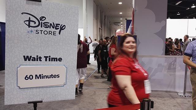 想进会展的商店购物,得排队一小时