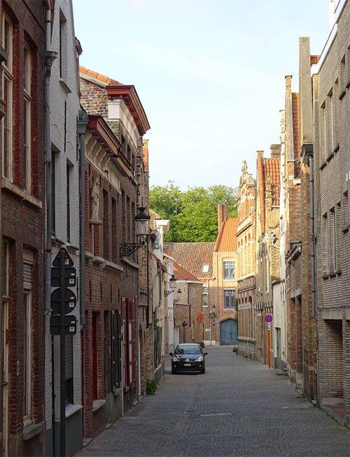 古老的比利時布魯日街道,這類狹窄老街可看出雅各布斯推崇的舊時城市理念,除了具有古樸美感外,街牆面對馬路,也增加了關注街道安全的眼睛