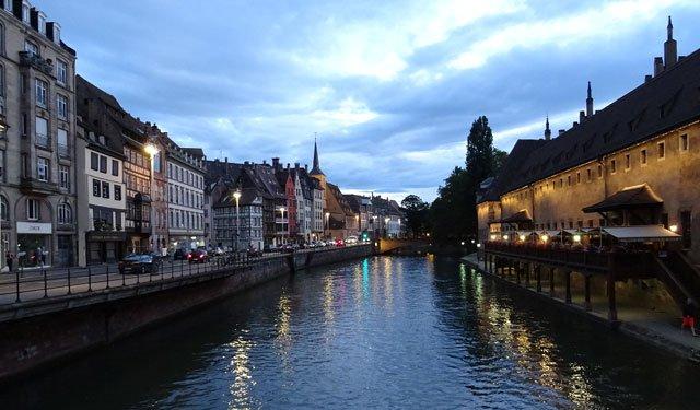 法國斯特拉斯堡的夜晚,左側街牆不同年代不同功能的建築混雜,有助於夜晚的安全