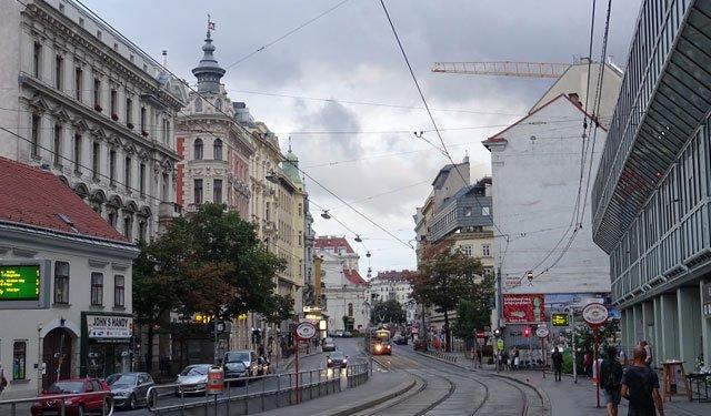 維也納是城市改造的範本,機動車、公共交通和行人區均得以確保,路邊街牆的建築功能廣泛,可以確保24小時都有人氣