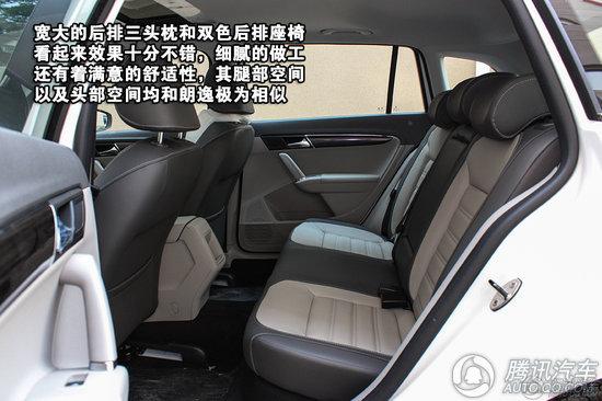 上海大众朗行 后排座椅同样使用了双色搭配,视觉效果相当出色,座椅整体舒适度同朗逸几乎一致,宽敞的后排腿部空间和舒适的头枕提升了乘客的享受程度。后排中央扶手在朗行上略有变化,杯架的摆放位置从朗逸的横置式变成了现在的纵置式,单就杯子的摆放来看,两者没有区别,不过若是考虑到手肘的放置位置来看,朗行的设计显然更符合人体工学设计。