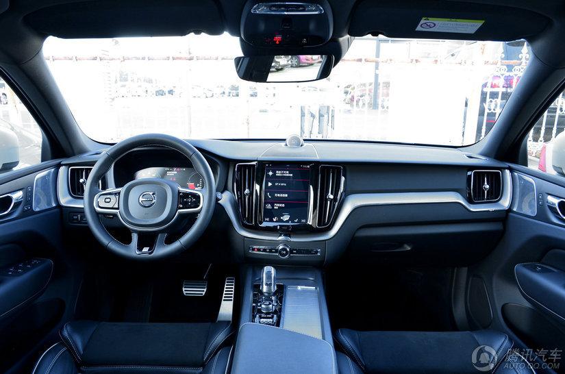 新款XC60的部分车型针对电动腰靠调节方向数进行了减配,部分车型将原本免费选装的倒车影像变为了标配;与此同时,T5四驱智远运动版及以上车型增配了前排副驾驶座椅记忆+前排坐垫长度电动调节功能,部分车型还增配了全液晶仪表盘、21英寸轮圈,两款T8插电混动版车型则升级了容量为70升的油箱。此外新款XC60的选装配置也有一定的调整,包括T8车型取消自适应底盘及空气悬架选装资格,以及非运动版车型增加牛仔蓝金属漆等。