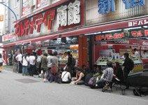 日本某数码产品专卖店门前