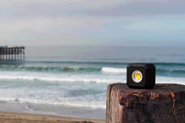 这个手机外接闪光灯亮度达1000流明 支持防水