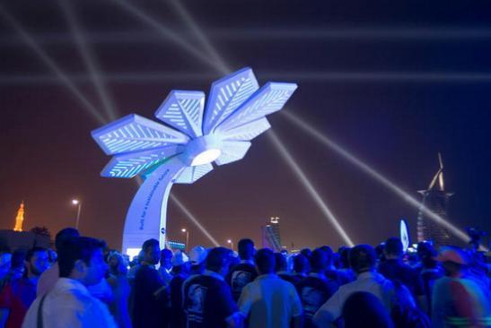 """迪拜太阳能""""棕榈树"""":晚上变手机充电器"""
