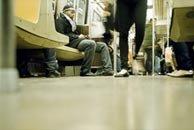 低角度下的地铁车厢