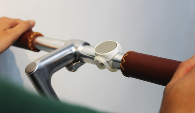 这款手机底座专为自行车设计 采用磁性吸附技术