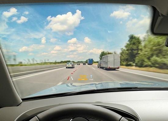 未来汽车前挡风玻璃变显示器 开车如同玩游戏