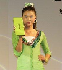 模特展示绿色VAIO P笔记本