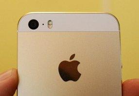 iPhone 5s背后可调节色温的双LED闪光灯