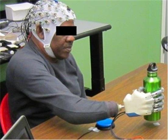戴上这顶帽子 能用大脑直接控制电子假肢