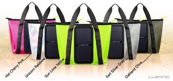 夏天背着这只透明包包去海滩 不怕手机没有电