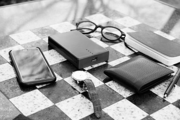 能塞进钱包里的卡片式充电宝 8000mAh够你浪了