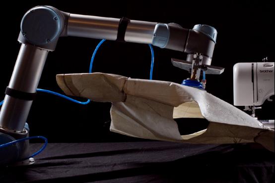 科技改变生活 机器人也能帮你做衣服