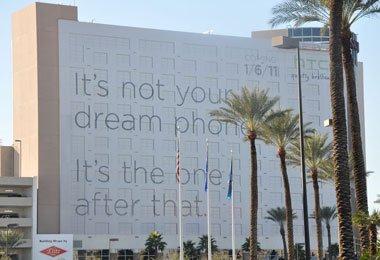 场馆外巨幅的HTC广告