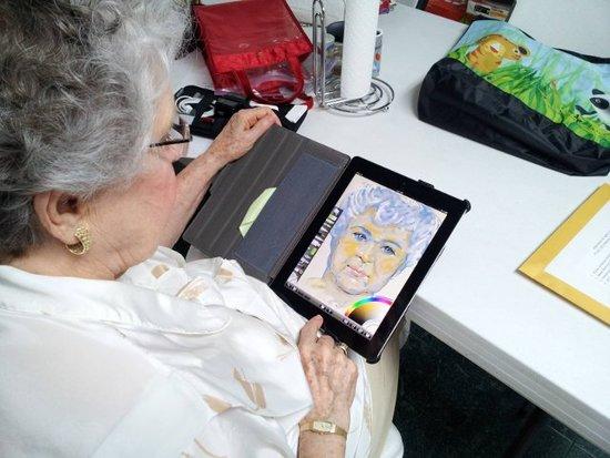 84岁老人用iPad创作自画像出名 仅用半小时完成