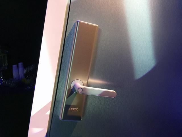 这把智能门锁用了Mate 9的指纹芯片 0.4秒就能开锁