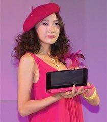 模特展示粉色VAIO P笔记本