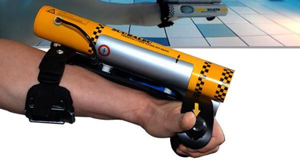 用超酷水下喷气臂变身大鲨鱼 这是最炫酷的泳姿