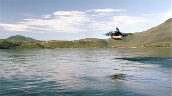 拉里佩奇的超轻飞行器 贴着海面飞着撩妹