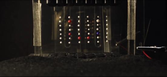 研究者展示JOLED显示屏 像素由声波控制